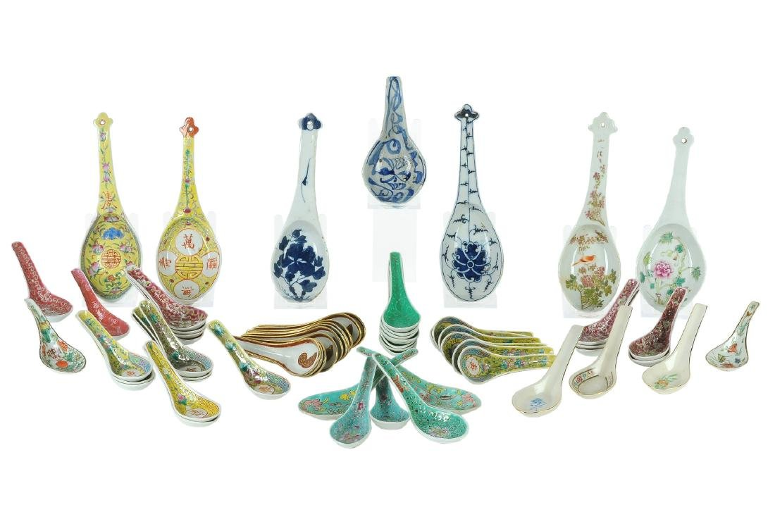 A lot of 60 polychrome porcelain spoons, some decorated