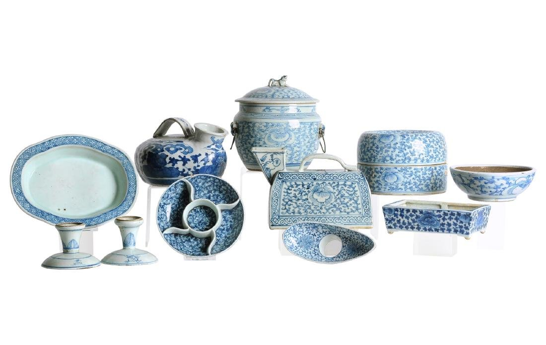 A diverse lot of 11 blue and white porcelain objects,