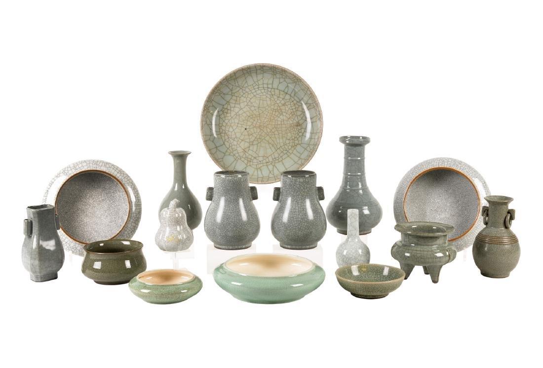 A lot of 16 monochrome glazed porcelain objects,
