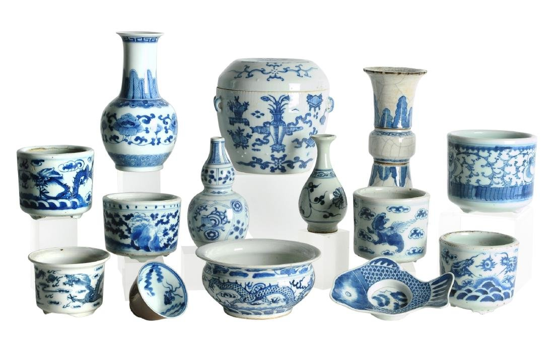 A lot of 14 blue and white porcelain objects, including