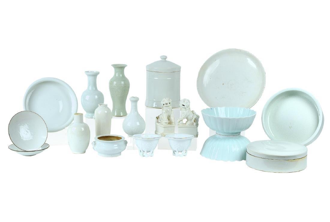 A lot of 19 monochrome glazed porcelain objects,