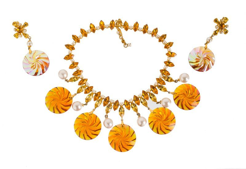 A Schreiner goldtone necklace and pair of earclips, set - 2