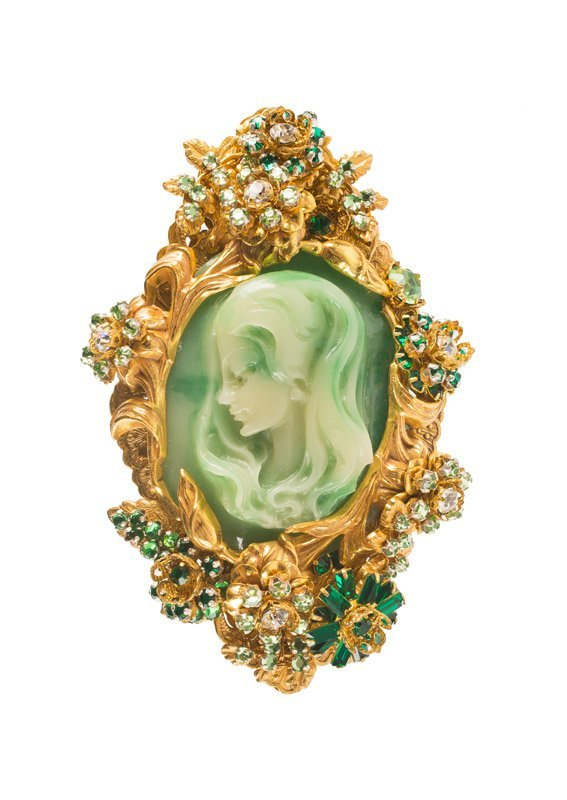 A Stanley Hagler goldtone cameo brooch, set with green - 2