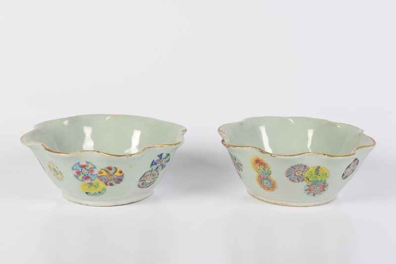 A pair of lobbed porcelain bowls with a decorated with