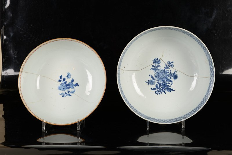 A lot of two porcelain bowls, one decorated in blue and - 2