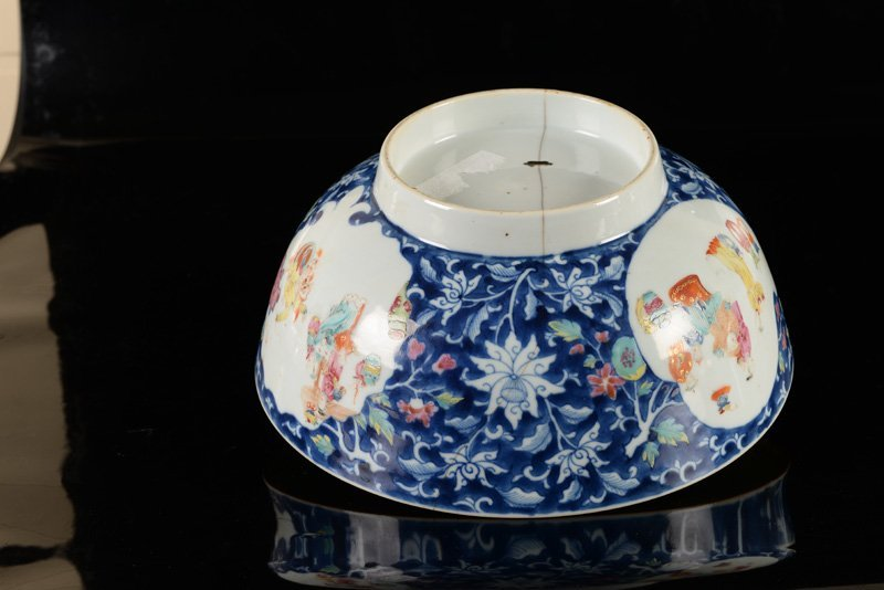 A lot of two porcelain bowls, one decorated in blue and - 5