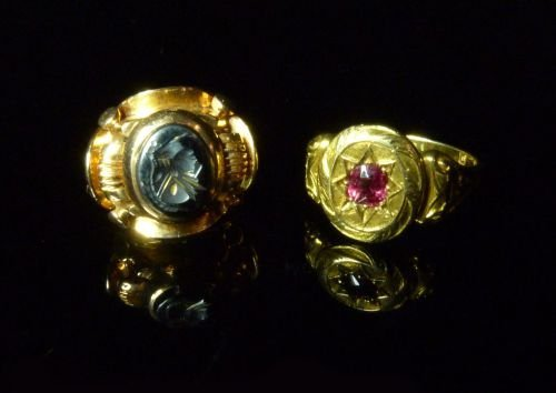 Two stone-set gold signet rings comprising solitaire ru