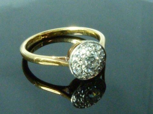 Diamond cluster ring comprising a centre round brillian