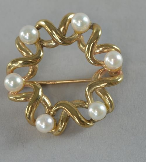 Circular brooch, set with imitation pearls in a wire