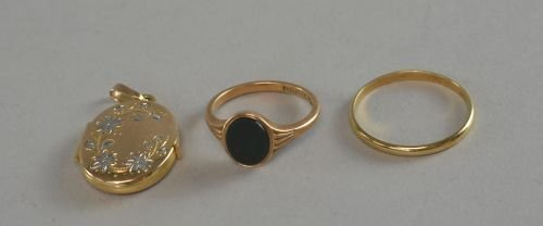 9ct gold weding band and a 9ct gold signet ring set wit