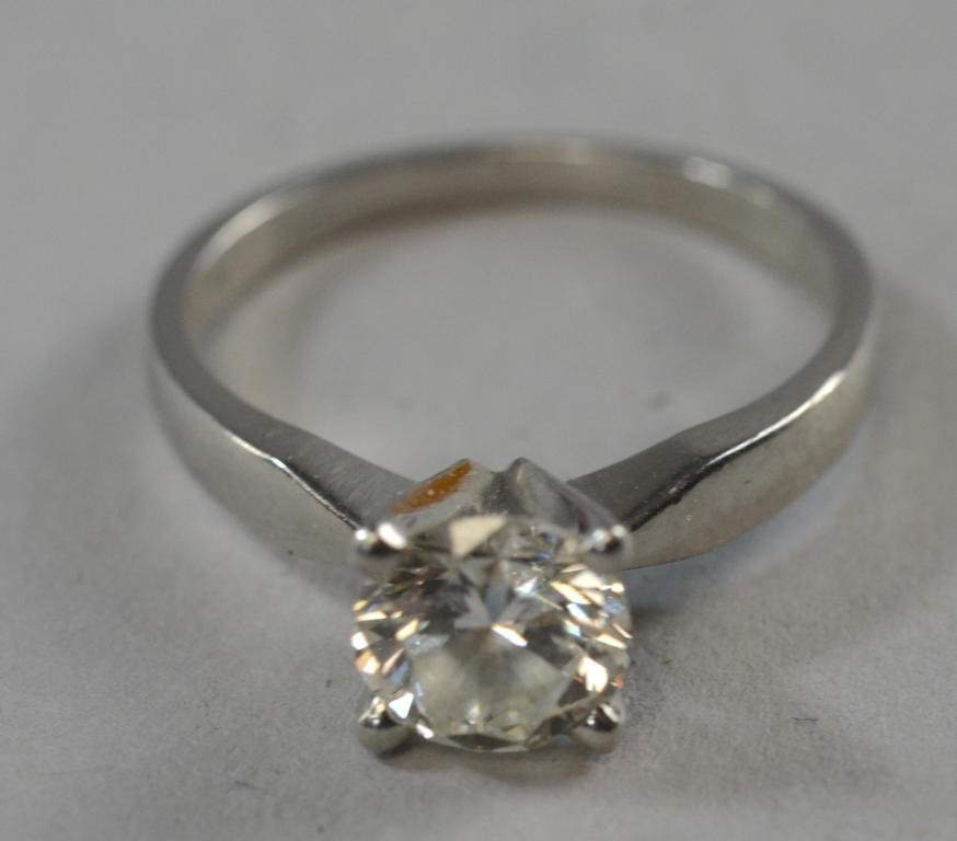 Solitaire diamond ring set with a single round