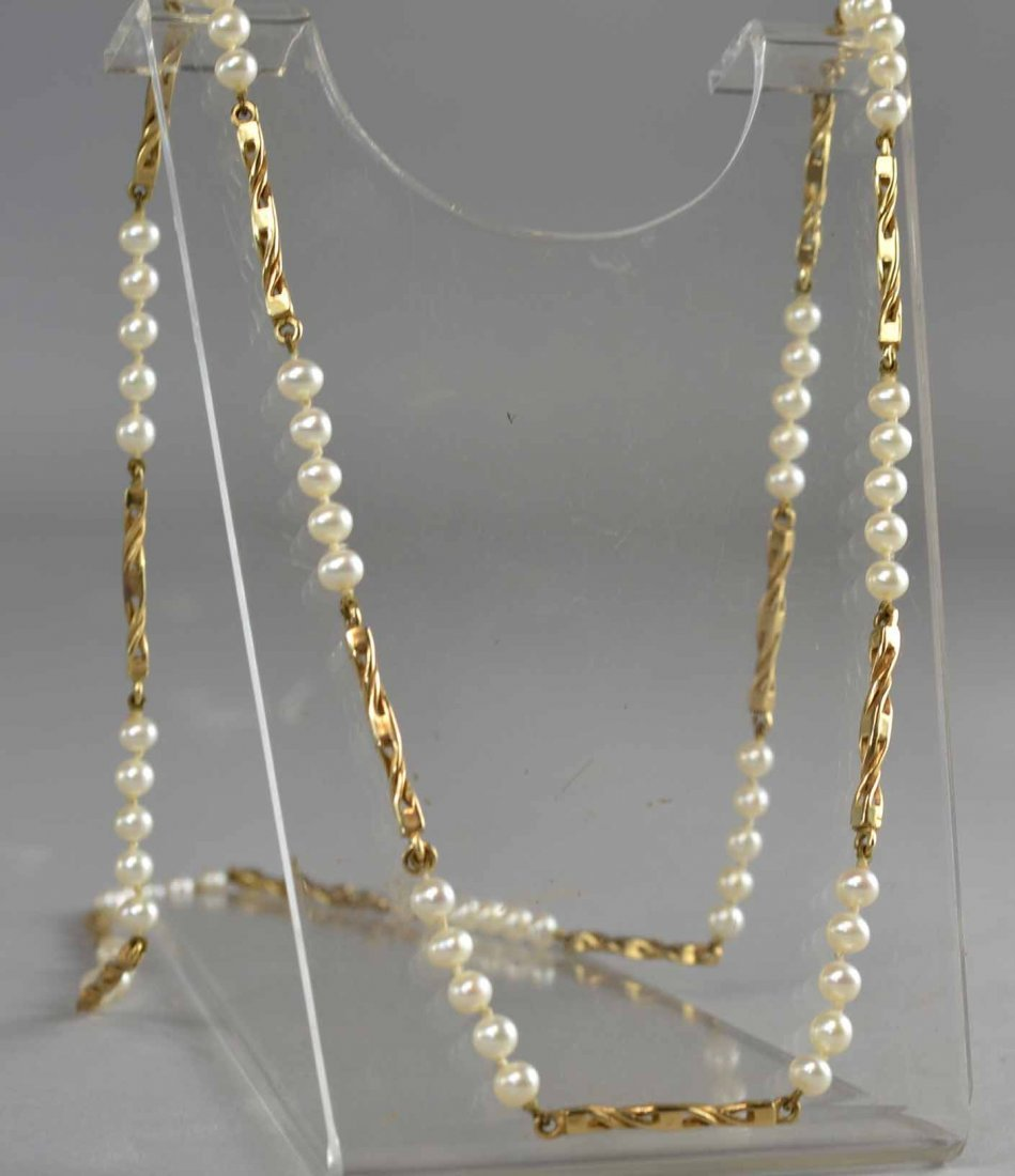 Cultured pearl necklace composed of sections of