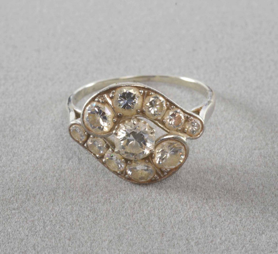 Crossover cluster style ring comprising 11 diamonds