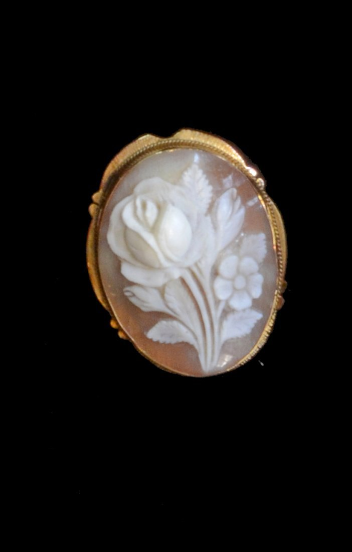 Cameo brooch depicting a rose in unmarked yellow metal,