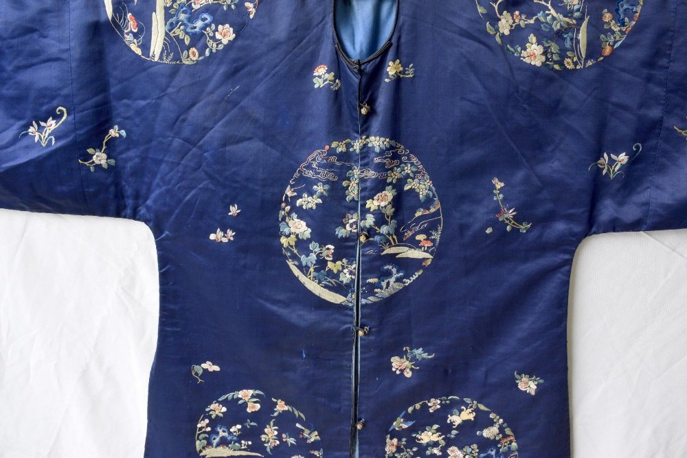 Chinese late Qing dynasty robe of dark blue silk, with - 2