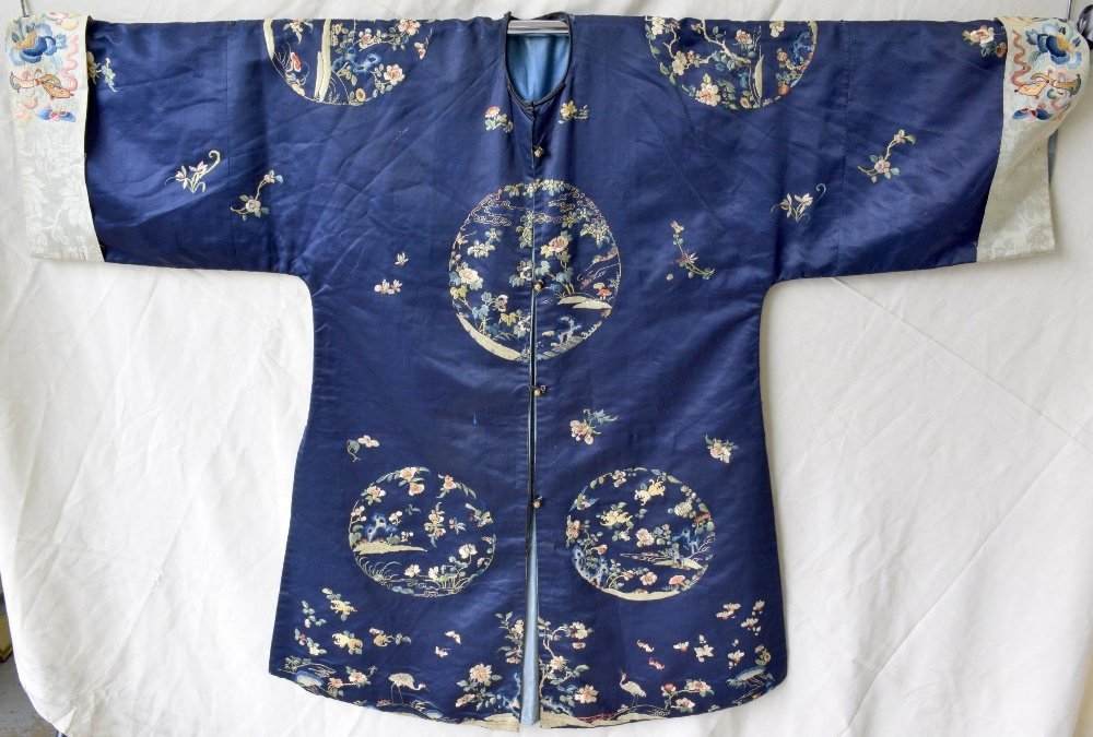 Chinese late Qing dynasty robe of dark blue silk, with - 7