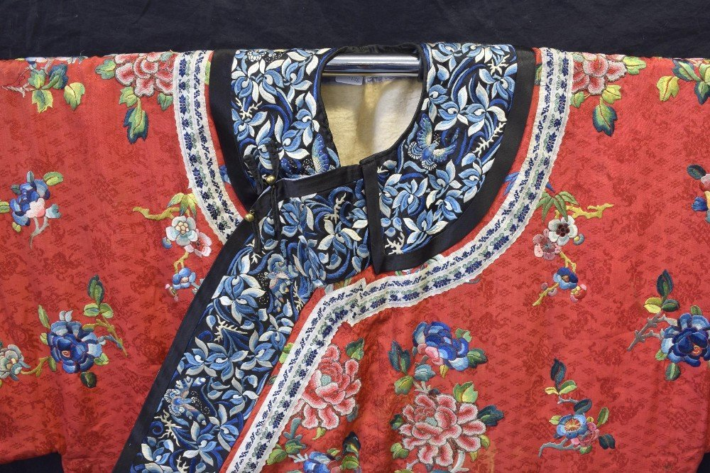 Chinese Qing dynasty robe of red figured silk with - 2