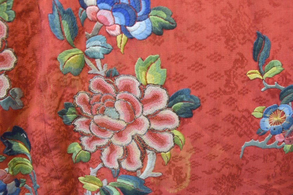 Chinese Qing dynasty robe of red figured silk with - 3