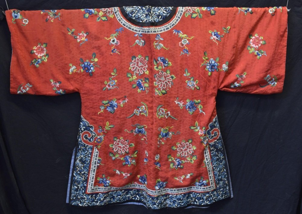 Chinese Qing dynasty robe of red figured silk with - 4