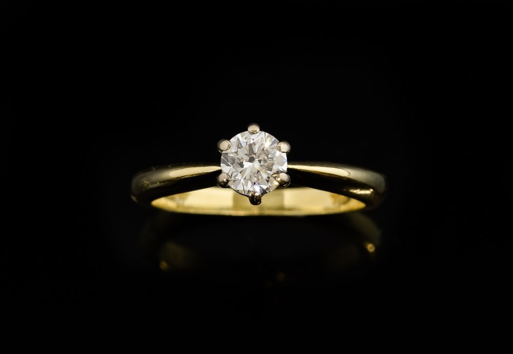Single stone diamond ring, round brilliant cut diamond