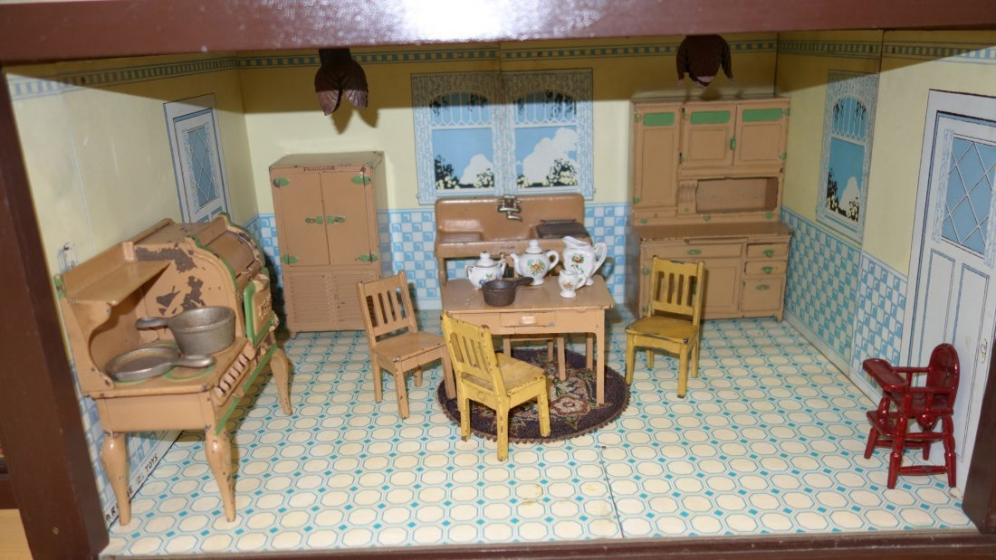 ARCADE DOLL HOUSE AND FURNITURE - 10