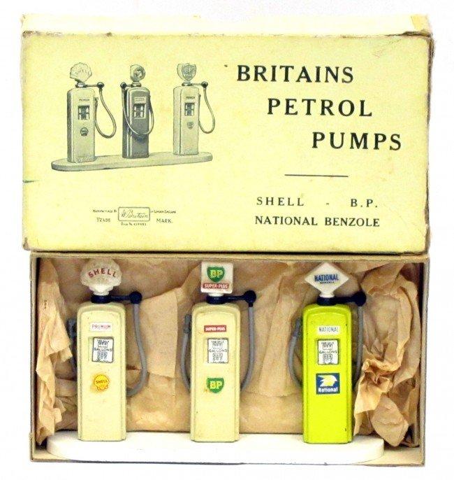 32: BRITAINS PETROL PUMPS SET #101V