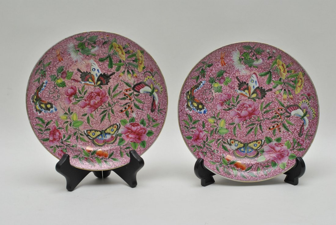 A PAIR OF CHINESE FAMILLE ROSE PORCELAIN PLATE