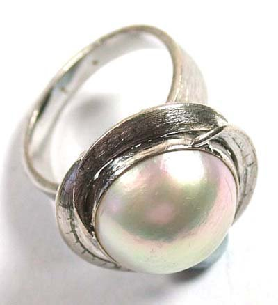 8: Ladies' pearl set ring