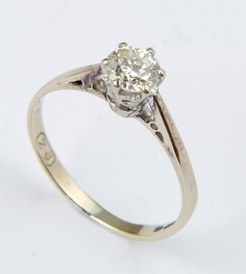16: Ladies diamond solitaire ring