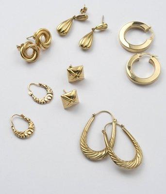 21: Various pairs of earrings (6)