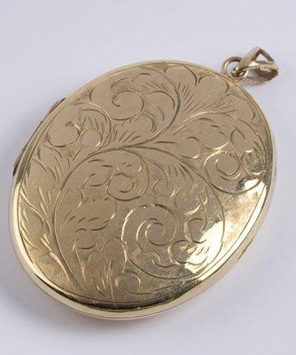 15: Large oval locket