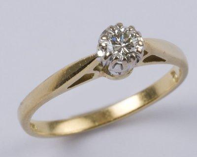 22: Ladies' diamond solitaire ring