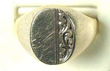 758: Gents' oval signet ring
