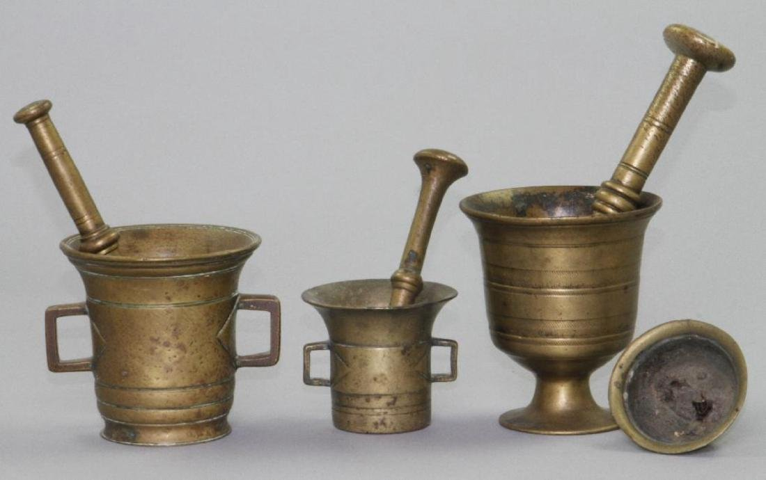 3 BRASS MORTAL AND PETALS, TOGETHER WITH A BRASS LID