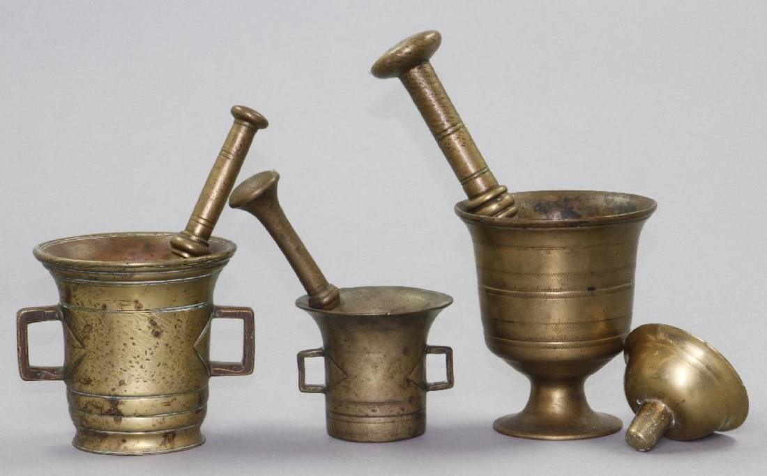 3 BRASS MORTAL AND PETALS, TOGETHER WITH A BRASS LID - 2