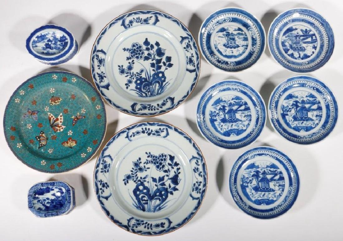 A GROUPING OF BLUE AND WHITE DISHES