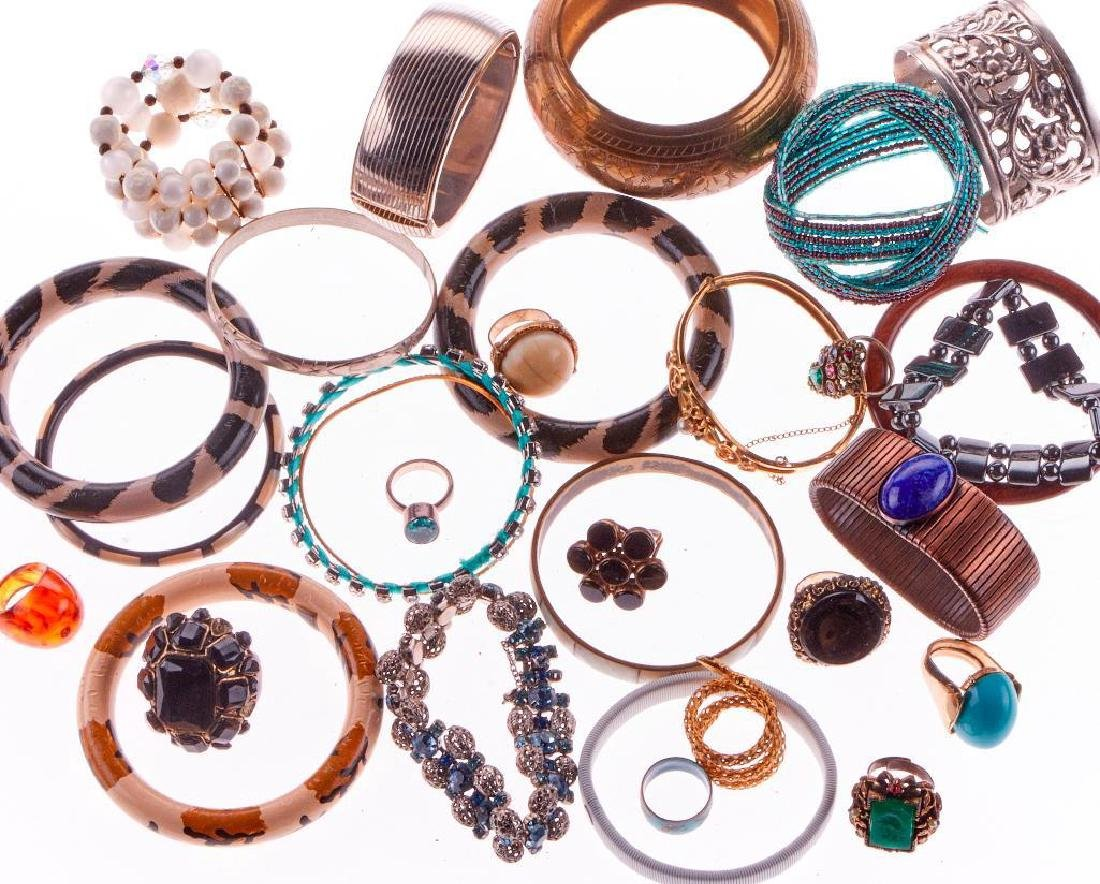 Collection of 200+ assorted pieces of costume jewelry