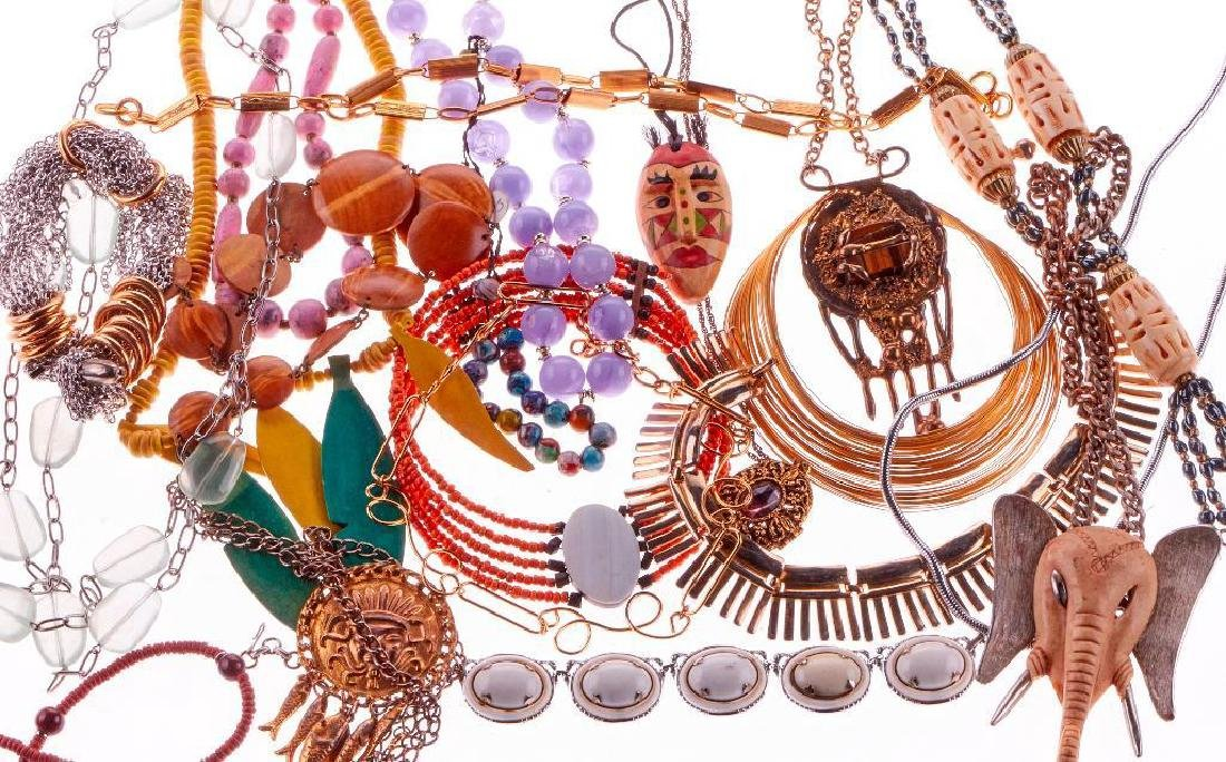 Collection of 250+ assorted pieces of costume jewelry