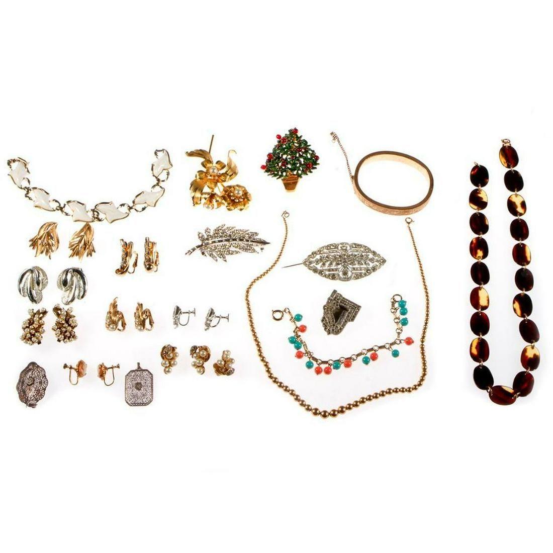 Collection of vintage rhinestone & costume jewelry