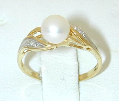 7017: 10K Gold Pearl Ring