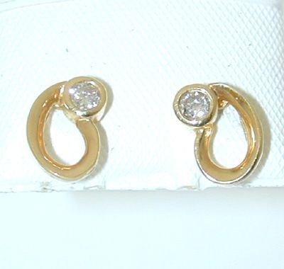 8002: 14K Gold Earring w/ Diamond