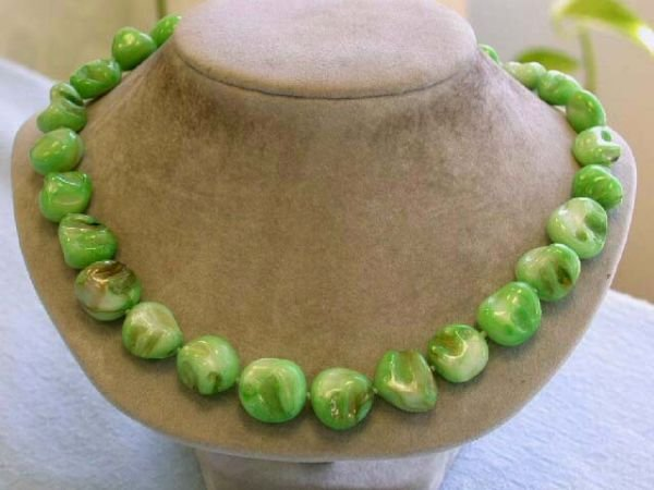 8009: Dyed Mother of Pearl Necklace in Green Color