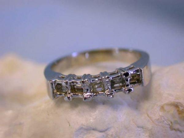 7513: 14k White Gold Diamond Ring
