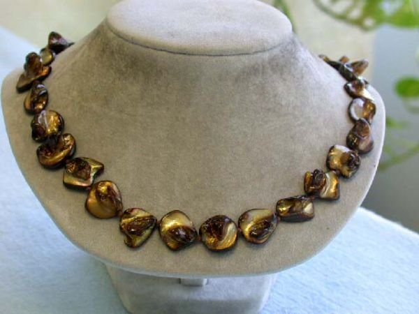 7529: Dyed Mother of Pearl Necklace in Golden Brown Col
