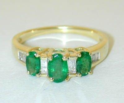 8507: 10K Gold Diamonds Ring w/Emerald