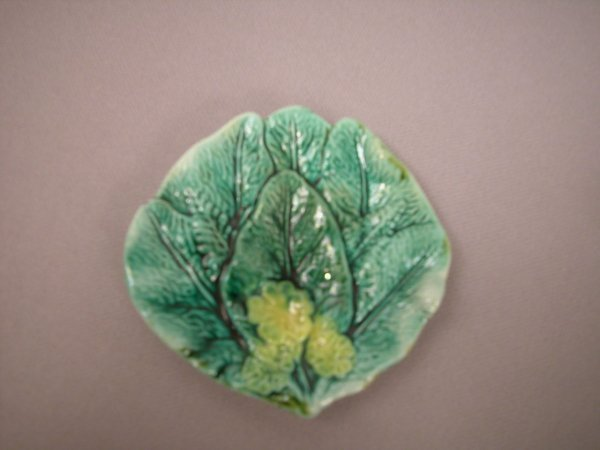 401: Majolica Overlapping leaves with yellow flower but