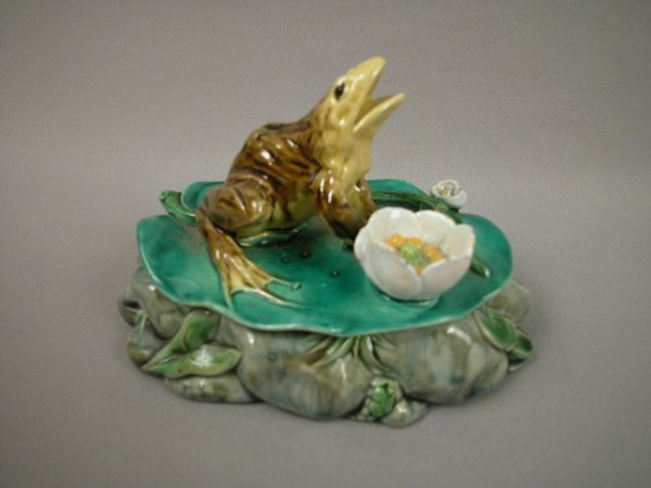 651: Majolica MINTON frog on lily pad atop rock base wi