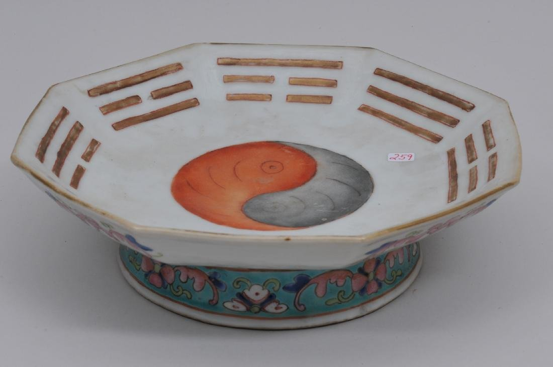 Porcelain footed dish. China. 19th century. Octagonal