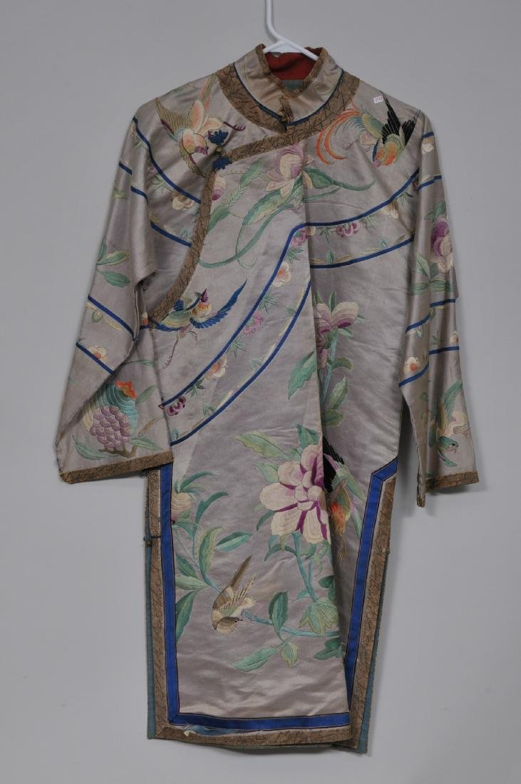 Silk robe. China. Early 20th century. Embroidery of