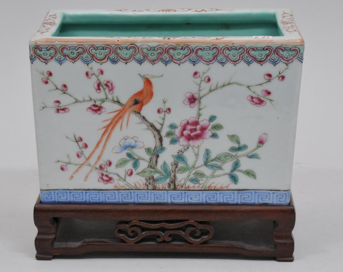 Porcelain planter. China. Early 20th century. Famille